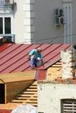Hommes sur le toit Photos stock