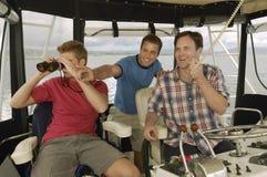 Hommes sur le yacht regardant quelque chose Image stock