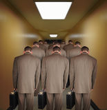 Hommes surchargés d'affaires descendant le vestibule Photographie stock libre de droits