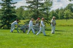 Hommes tirant le chariot et le Canon Photos libres de droits