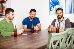 Hommes traînant et jouant des cartes Photo libre de droits