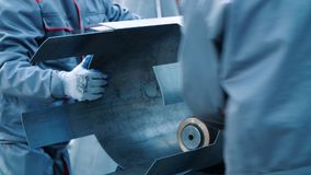 Hommes travaillant à la machine à cintrer de roulement Équipement industriel dans l'industrie lourde clips vidéos