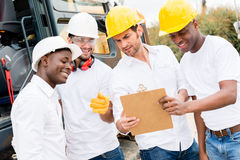 Hommes travaillant à un chantier de construction Photo libre de droits