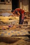 Hommes travaillant à une tannerie marrakech morocco Photographie stock libre de droits
