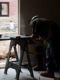 Hommes travaillant au site du travail de construction Photos stock