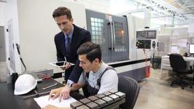 Hommes travaillant avec des documents à l'usine clips vidéos