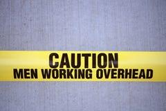 Hommes travaillant le signe supplémentaire Photos libres de droits