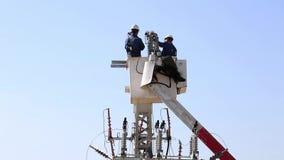 2 hommes travaillant sur des lignes électriques banque de vidéos