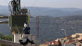 Hommes travaillant sur des lignes électriques banque de vidéos