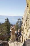 Hommes trimardant en montagnes Image stock
