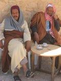 Hommes tunisiens buvant du café photo libre de droits