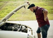 Hommes vérifiant la voiture décomposée avec le capot ouvert images libres de droits