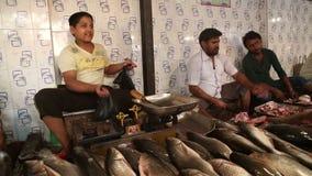 Hommes vendant des poissons au stand du marché en plein air local dans Mumbai banque de vidéos