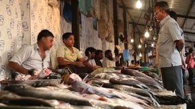 Hommes vendant des poissons au stand du marché en plein air local dans Mumbai clips vidéos
