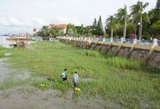 Hommes vietnamiens pêchant des poissons au début de la matinée photos libres de droits
