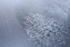 Homogeen wit bevroren venster met vlek van ijzig patroon van sneeuwvlokken royalty-vrije stock afbeelding
