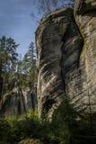 Homole-förmige Felsen, die zwischen Koniferenbäumen wachsen Lizenzfreie Stockfotos