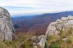 Homolje山在与一些朵云彩的一晴朗的秋天天环境美化,峰顶和岩石 图库摄影