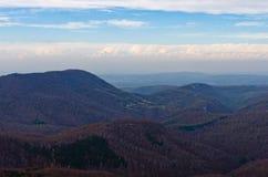Homolje山在与一些朵云彩的一晴朗的秋天天环境美化 库存照片