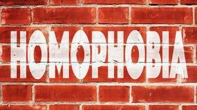 Homophobie écrite sur un mur de briques Images libres de droits
