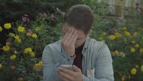 Homoseksualista stawia proszek na jego twarzy zbiory wideo