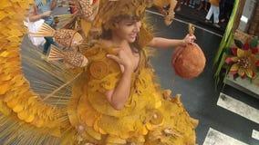 Homoseksualista w ozdobnym kokosowym toga kostiumu paraduje wzdłuż ulicy, festiwal honorować patronu zbiory