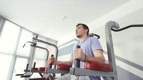Homoseksualista z bransoletką angażuje w gym, aktywna pozycja zbiory