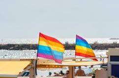 Homoseksualna duma zaznacza dmuchanie w wiatrze na Sitges plaży, Hiszpania zdjęcie stock