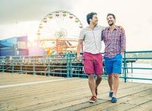 Homoseksualna para chodzi outdoors fotografia royalty free