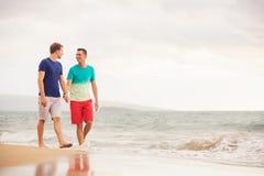 Homoseksualna para na plaży obraz stock