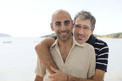 Homoseksualna para na urlopowych mienie rękach Obraz Royalty Free