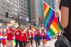 Homoseksualna tęczy flaga przy Montreal homoseksualnej dumy paradą obraz stock