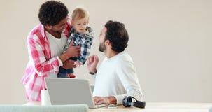 Homoseksualna uśmiechnięta para z ich dzieciakiem zdjęcie wideo
