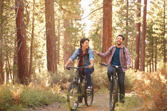 Homoseksualny Męski pary kolarstwo Przez spadku lasu Obrazy Royalty Free