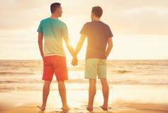 Homoseksualny pary dopatrywania zmierzch obrazy royalty free