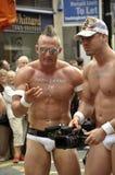 Homosexuales atractivos en desfile alegre del orgullo Imagen de archivo libre de regalías