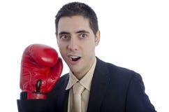 Homosexuel dans le costume avec le gant de boxe rouge Image libre de droits