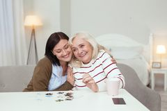 Homosexuelle ältere Frau und Pflegekraft, die Puzzlespiel erfasst lizenzfreies stockfoto