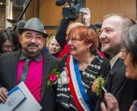 Homosexuelle Ehe, männliches Paar, das mit Bürgermeister aufwirft Stockfotografie