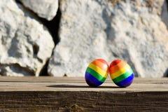 Homosexuelle Farbflaggen des Regenbogen-LGBT auf den Eiern lizenzfreies stockfoto