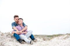 Homosexuelle Männer, die auf einem Strand umfassen lizenzfreie stockfotos
