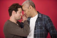 Homosexuelle Paare auf rotem Hintergrund stockfotos