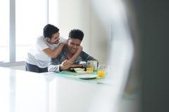 Homosexuelle Paare, die zu Hause Frühstück morgens essen lizenzfreie stockbilder