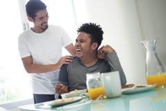 Homosexuelle Paare, die zu Hause Frühstück morgens essen stockbild