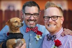 Homosexuelle Paare mit Haustier stockfoto