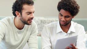 Homosexuelle Paare unter Verwendung der Lohnlisten des Taschenrechners stock video
