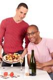 Homosexuelle Paarküche der MischEthnie Stockfotos