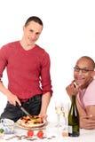 Homosexuelle Paarküche der MischEthnie Lizenzfreie Stockbilder