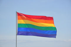 Homosexuelle Stolz-Regenbogen-Markierungsfahne Pole Stockfotos