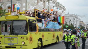 Homosexueller lesbischer Paradebus stock video footage
